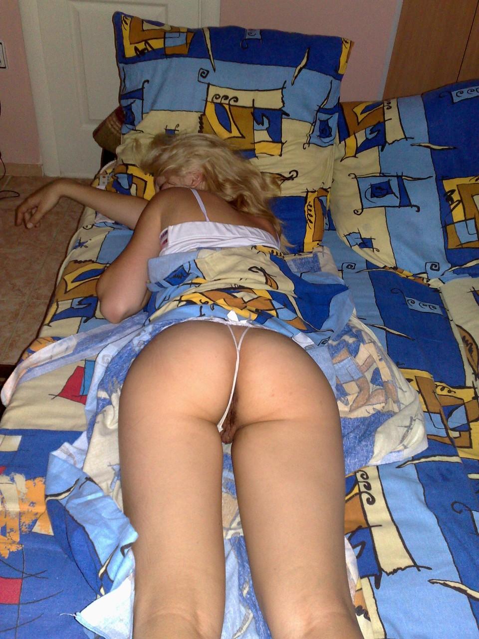 Сестра заснула в стрингах 21 фотография